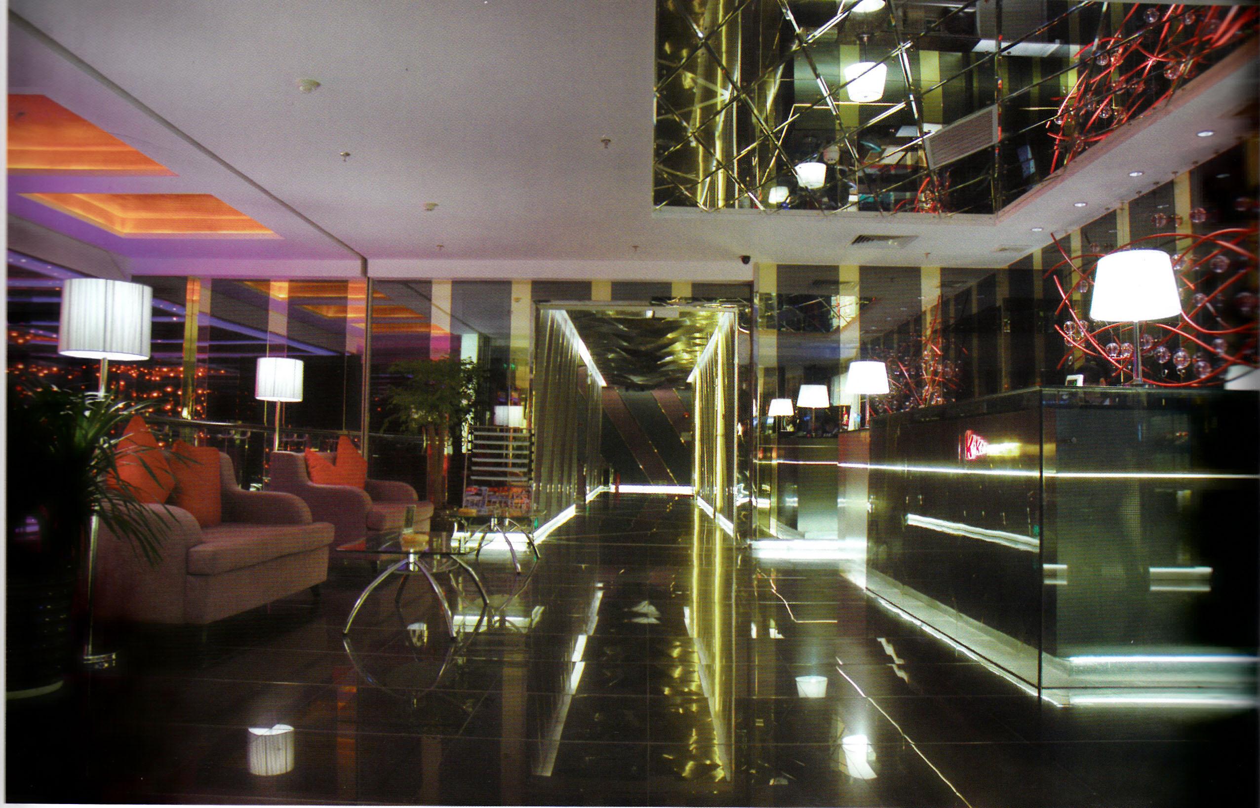 ktv彩绘玻璃吊顶的装修要注意材料和天花板之间的